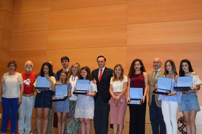Autoridades y responsables con las seis alumnas ganadores del concurso.
