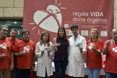 Mohedano muestra su carné acompañada por responsables sanitarios y pacientes trasplantados