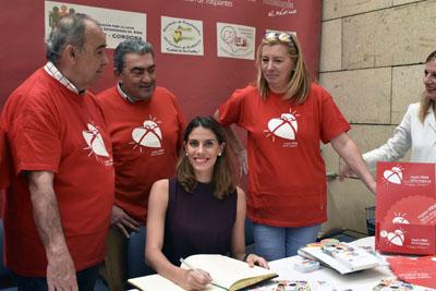 Lourdes Mohedano firma en el Libro de Honor de la donación