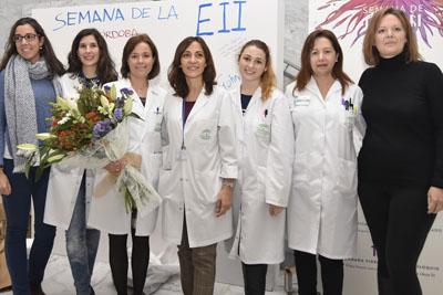 Profesionales de Aparato Digestivo hacen entrega de un ramo de flores a la directora gerente en el vestíbulo del hospital General