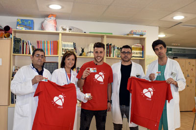Antonio José se suma a la campaña de promoción de la donación de órganos acompañado por la directora gerente, Valle GArcía, miembros del equipo directivo y el coordinador de trasplantes