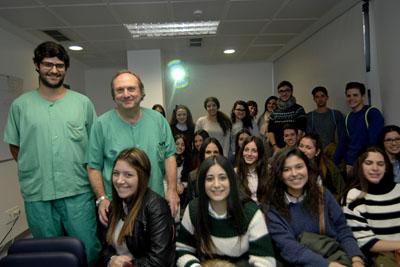 Los Dres.Ferreiro y Pan con los alumnos del IES L. Carrillo de Sotomayor de Baena, en la sala de formación de Hemodinámica