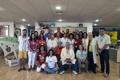 En la imagen, la gerente del Hospital Reina Sofía, Valle García, se reúne con algunos de los 160 voluntarios infantiles que este verano han visitado a los menores ingresados en el hospital