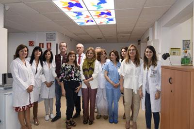 Consejera, pacientes y profesionales tras la visita al nuevo acelerador lineal