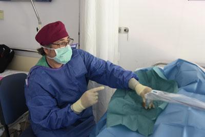El enfermero Antonio Berdou atiende a un paciente