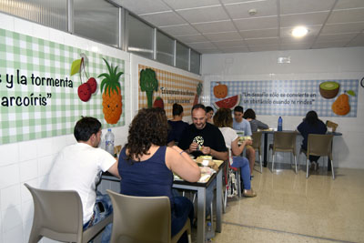 Usuarios en el nuevo comedor para padres de pacienes en UCI Infantil y Neonatos