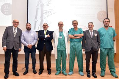 En la imagen los cirujanos Javier Briceño, Rubén Ciria y Pedro López Cillero junto con algunos de los ponentes que participan en el encuentro