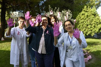 Manos rosas para mostrar el apoyo a las mujeres con cáncer de mama
