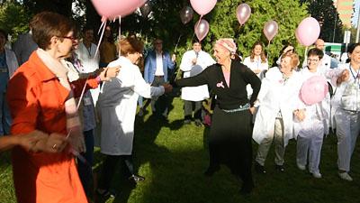 Profesionales y pacientes bailando juntos