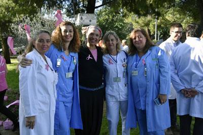 África Moreno y profesionales del hospital
