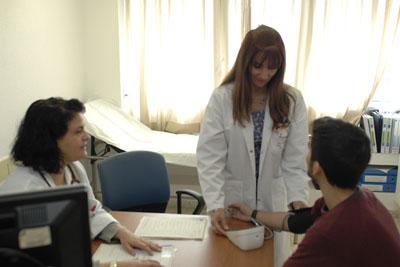 Profesionales de Cuidados Paliativos atienden a un paciente