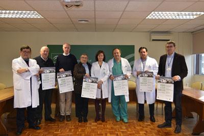 La directora gerente del hospital, el presidente de FECORAVE y profesionales del hospital en la presentación del cartel del tercer ciclo de conferencias Dias con Salud