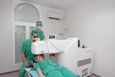 Foto del equipo de Femtosegundo de Oftalmolgía ubicado en el Hospital Los Morales