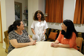 Mujeres en el hotel de madres hablan con la trabajadora social