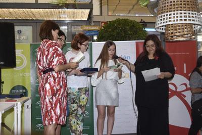 Una de las alumnas premiadas recita su poema