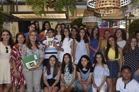 Autoridades, profesionales y menores que han participado en el IX poemario Tintas para la Vida