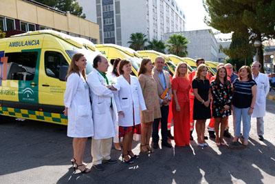 La consejera de Salud presenta la nueva flota en el hospital.