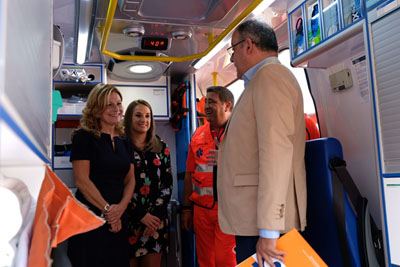 La consejera conoce los detalles de las nuevas ambulancias