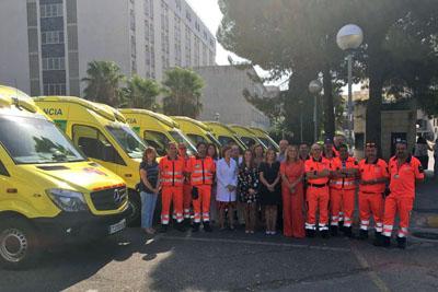 Profesionales y sanitarios junto a las ambulancias