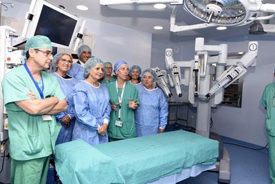 La consejera de Salud conoce el nuevo robot quirúrgico del hospital