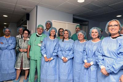Autoridades y profesionales posan a la entrada del nuevo quirófano