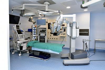 El robot quirurgico DaVinci se ubica en un nuevo quiófano