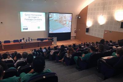 La directora gerente y el director de la UGC de Cardiología inauguran el curso internacional