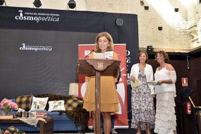 María Jesús Botella recita uno de los poemas ganadores