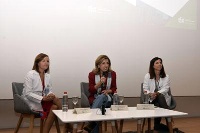 Valle García, María Jesús Botella y Elisa Roldán dirigen unas palabras a los especialistas