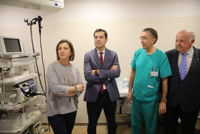 la alcaldesa, el presidente de la Junta y el consejero de Salud visitan una sala de endoscopias