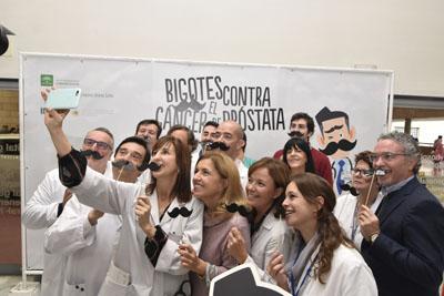 Profesionales del hospital, delegada y paciente haciéndose un selfie