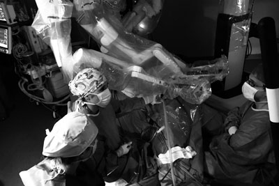Cirujanos generales del hospital durante una intervención de cirugía robótica