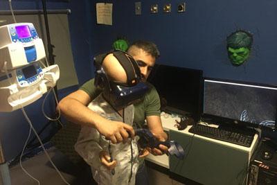 Uno de los pacientes prueba las gafas de realidad virtual