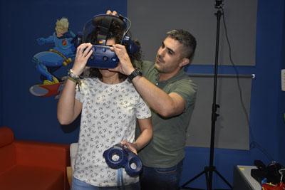 Una persona prueba la realidad virtual