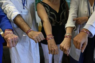 Unidos por la pulsera que recuerda los 40 años de donación en el Hospital Reina Sofía