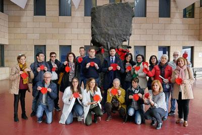 Paco Montalvo, en el centro, junto a profesionales del hospital y pacientes trasplantados