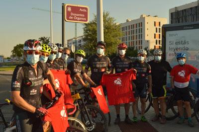 Los ciclistas pasan por la avenida Donantes de Órganos