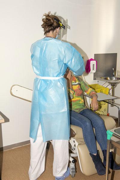 Una enfermera realiza el test rápido en la nueva consulta de cribado