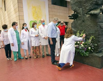 Profesionales, pacientes y equipo directivo en la ofrenda floral al donante