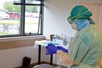 Profesional con EPI para la atención a pacientes con sospecha de Covid-19