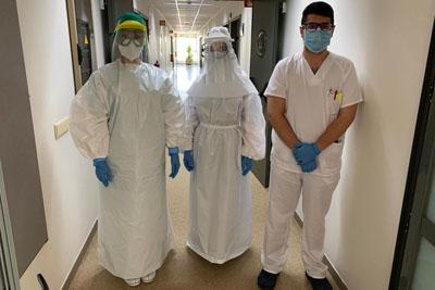 Profesionales con equipos de protección fabricados por grupo voluntarios