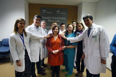 Profesionales y paciente receptora del pulmón mejorado con la técnica Ex Vivo