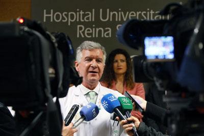 El doctor Ángel Salvatierra atiende a los medios de comunicación