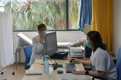Nefróloga y enfermera atienden a pacientes vía telefónica.