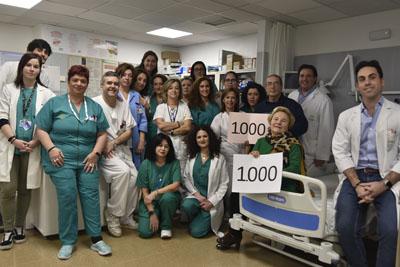 Equipo de profesionales de la unidad y dos pacientes que han sido tratados en este servicio, uno de ellos, es el paciente 1.000.