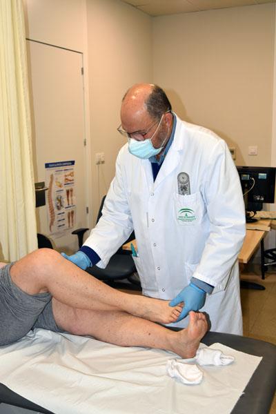 El doctor Manuel Arias atiende a una paciente