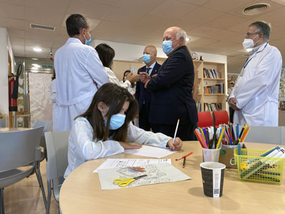 Los consejeros de Salud y Familias y Educación visitan el aula hospitalaria