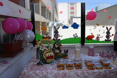 El personal de Alimentación ha prepado brochetas de frutas, zumos y helados