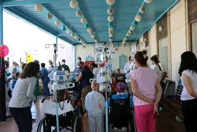 Niños, familias y profesionales celebran este día en la terraza del hospital