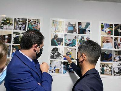 Pablo Rubio explica la exposición fotográfica al alcalde